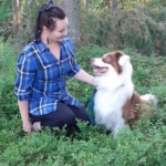 Maiju luonnossa koiransa kanssa